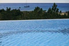 无限游泳池在福门特拉岛 免版税库存照片
