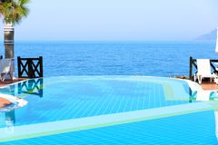无限游泳池在豪华旅馆或别墅里 库存图片