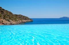 无限游泳池有在爱琴海的一张视图 免版税库存照片