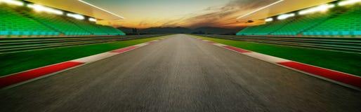 无限空的沥青国际赛马跑道的看法 库存照片
