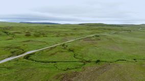 无限绿色领域在苏格兰高地-空中寄生虫飞行 影视素材