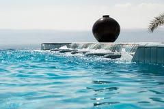 无限水池极可意浴缸用天蓝色的水 豪华生活方式,休闲概念 图库摄影