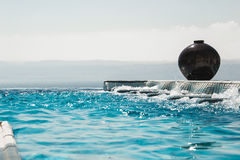无限水池极可意浴缸用天蓝色的水 豪华生活方式,温泉概念 库存图片