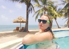 无限水池的可爱的妇女由海洋 免版税库存照片