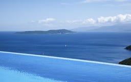 无限水池的美丽的景色由海的 免版税库存照片