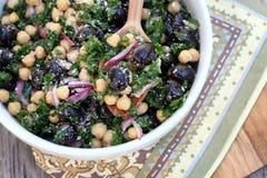 无头甘蓝、鸡豆和橄榄沙拉 库存图片