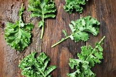 无头甘蓝圆白菜新鲜的叶子在木背景的 绿色蔬菜叶子 顶视图 健康吃,素食食物 免版税图库摄影