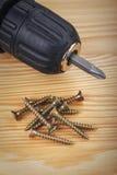 无绳的查询和在木头的大螺丝 免版税库存照片
