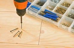 无绳的钻子、螺丝和工具箱 免版税库存照片