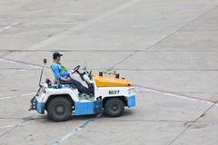 日产拖曳行李移动式摄影车运输的拖拉机在北京首都国际机场 图库摄影