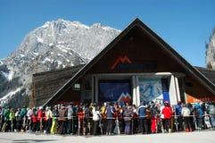 日享用第一个滑雪滑雪者 免版税库存照片