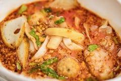 日元Ta Fo,与鱼丸的泰国面条,海鲜汤和红色sau 免版税库存照片