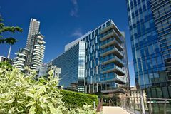 日光浴室耸立与阳台和现代大厦与curtan玻璃门面 给上釉的商业区有摩天大楼的和 免版税图库摄影