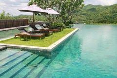 日光甲板和游泳池 免版税库存图片