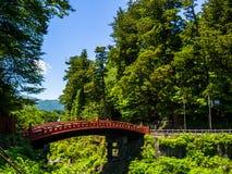 日光,日本- 2017年8月14日:红色古老桥梁,在Daiwa河的Shinkyo桥梁在一个美好的晴天 库存照片