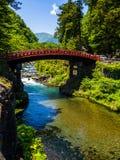 日光,日本- 2017年8月14日:红色古老桥梁,在Daiwa河的Shinkyo桥梁在一个美好的晴天 库存图片
