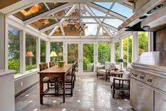 日光浴室与透明拱顶式顶棚的露台区域 免版税库存照片