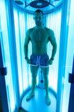 日光浴室的肌肉人美容院的 库存照片