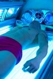 日光浴室的年轻人美容院的 免版税图库摄影
