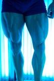 日光浴室的年轻肌肉人美容院的 免版税库存图片