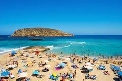 日光浴者在Cala Conta在圣安东尼奥,伊维萨岛海岛,温泉靠岸 库存图片