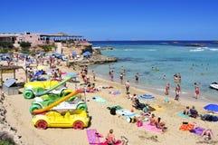 日光浴者在Cala Conta在圣安东尼奥,伊维萨岛海岛,温泉靠岸 免版税图库摄影