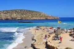日光浴者在Cala Conta在圣安东尼奥,伊维萨岛海岛,温泉靠岸 库存照片