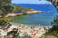 日光浴者在Cala Gracio在圣安东尼奥,伊维萨岛海岛, Sp靠岸 库存图片