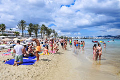 日光浴者在Platja小室Bossa在伊维萨,西班牙靠岸 库存图片