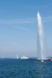 日内瓦、喷气机d'eau喷泉和客船 免版税库存图片