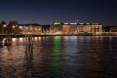 日内瓦反射在日内瓦湖的湖边平地光在晚上 免版税库存照片