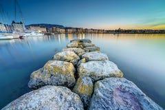 日内瓦市都市风景作为剪影的在日落 库存图片