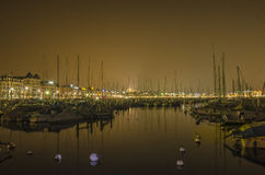 日内瓦湖和城市在夜之前 库存照片