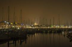 日内瓦湖和城市在夜之前 免版税库存图片