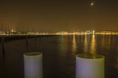 日内瓦湖和城市在夜之前 免版税图库摄影