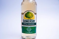 日内瓦瑞士11 06 2018年:瓶Somersby苹果汁原物 免版税库存照片
