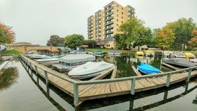日内瓦耸立有码头靠码头的小船的公寓 免版税库存图片
