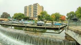 日内瓦耸立有码头靠码头的小船的公寓 免版税图库摄影