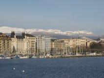 日内瓦首都的embenkment的乘快艇的小游艇船坞 免版税库存图片