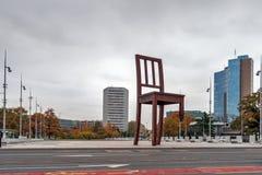 日内瓦,瑞士- 2015年10月30日:日内瓦在联合国大厦前面的打破的椅子 库存照片