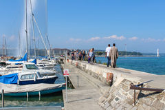 日内瓦- 9月07 码头的游人对是一个最大在世界上的偶象喷泉 132加仑水 免版税库存照片