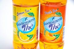 日内瓦/瑞士–03 03 2019年:瓶意大利冰茶圣benedetto桃子或柠檬味道 库存图片