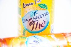 日内瓦/瑞士–03 03 2019年:瓶意大利冰茶圣benedetto桃子或柠檬味道 库存照片