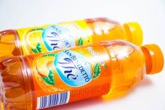 日内瓦/瑞士–03 03 2019年:瓶意大利冰茶圣benedetto桃子或柠檬味道 免版税库存照片