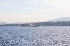 日内瓦/瑞士- 22 06 18 :在湖leman日内瓦瑞士的大steem小船 免版税库存图片