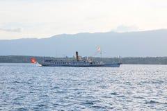 日内瓦/瑞士- 22 06 18 :在湖leman日内瓦瑞士的大steem小船 库存照片