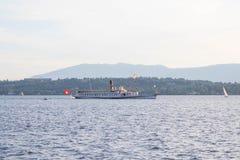 日内瓦/瑞士- 22 06 18 :在湖leman日内瓦瑞士的大steem小船 图库摄影