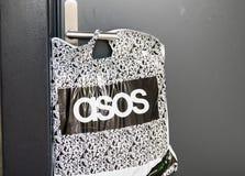日内瓦/瑞士10 08 18:Asos网络购物包裹商标房子门把手前面 免版税图库摄影