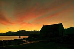 日出、好牧羊人教堂和夫妇的看法 库存图片