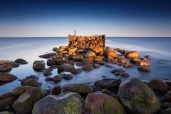 日出与老打破的码头的夏天风景 免版税库存照片